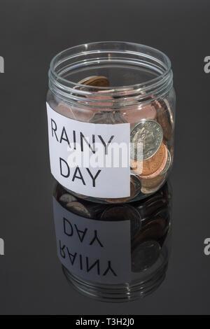 Plastik Topf mit Großbritannien Münzen. Metapher persönlichen Ersparnissen, regnerischer Tag sparen, Altersvorsorge, Vorsorge, für die Zeit nach der Pensionierung zu sparen. - Stockfoto