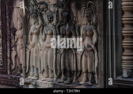 Ein Fragment der Wand Schnitzereien Darstellung devatas in Angkor Wat, Siem Reap, Kambodscha - Stockfoto