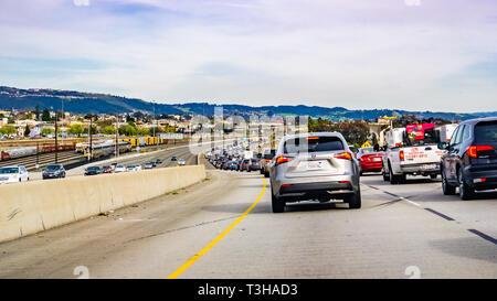 März 31, 2019 Oakland/CA/USA - starker Verkehr auf der Autobahn im Osten der Bucht von San Francisco - Stockfoto