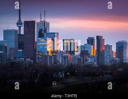 Toronto Skyline von Riverdale Park East Übersicht sun Reflexionen über die Gebäude während der blauen Stunde - Stockfoto