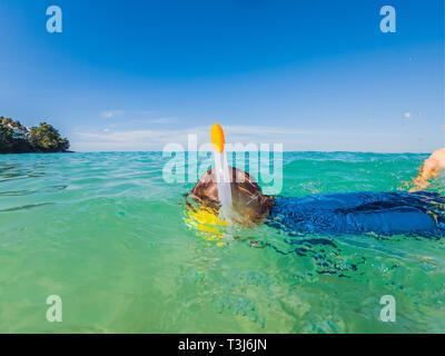 Unterwasser natur Studie, junge Schnorcheln im klaren, blauen Meer - Stockfoto