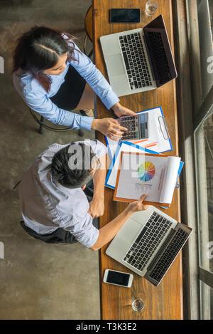 Zwei office Mitarbeiter analysieren die Zahl auf Bericht - Stockfoto