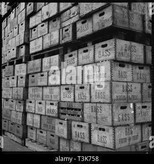 Kisten mit Bass Bier in Lagerung, Burton upon Trent, Staffordshire, 1965-1968. Schöpfer: Eileen Deste. - Stockfoto