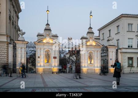 Warschau, Polen. April 6, 2019. Eine Ansicht der Uniwersytet Warszawski Eingang in der Krakowskie Vorstadt Straße bei Sonnenuntergang - Stockfoto