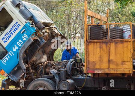 Colonia Independencia, Paraguay - 30. August 2018: LKW-Panne auf einer Autobahn in Paraguay. Motor überhitzt, entweicht Dampf. - Stockfoto