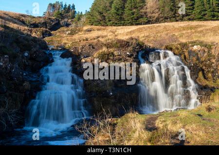Twin Wasserfälle neben führender Pfad zum Märchen Pools auf der Isle of Skye, Hochland, Schottland, Großbritannien - Stockfoto