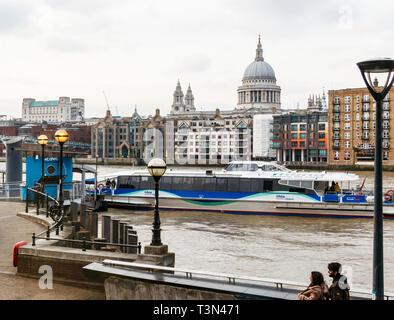 Ein Thames Clipper Docks an Bankside Pier, London, UK, die St Paul's Kathedrale im Hintergrund - Stockfoto