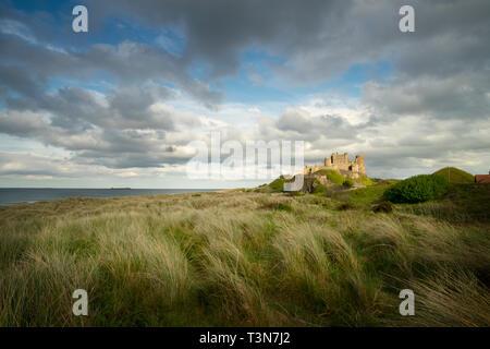 Bamburgh Castle und Farne Islands am Horizont, Northumberland, England, UK (Mai 2017)