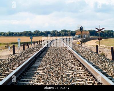 Ländliche Landschaft einer Bahnlinie und einem kleinen Bahnhof - Stockfoto
