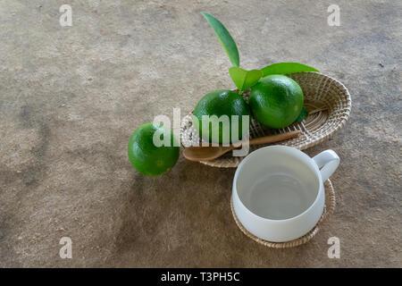 Lime Grün auf Weiß Holz und Glas. - Stockfoto