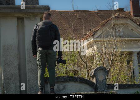 Man Aufnahmen im Ort mit Kamera und reichlich Platz - Stockfoto