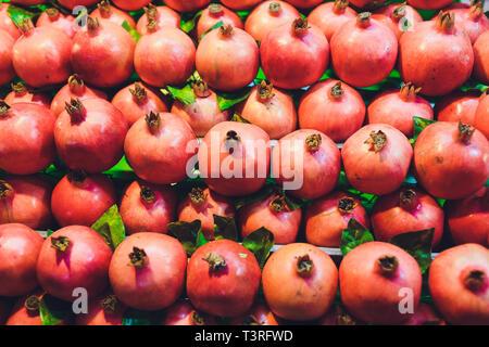 Granatapfel Hintergrund, rote Granatapfel halbieren. - Stockfoto
