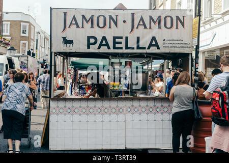 London/Großbritannien - 20. Juli 2018: Die spanischen Stall verkaufen Paella an der Portobello Market in Notting Hill, London, UK - Stockfoto