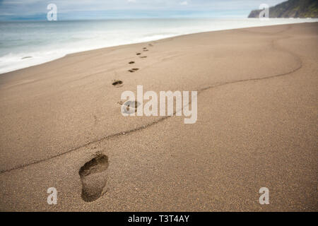 Nahaufnahme von Fußspuren im Sand - Stockfoto