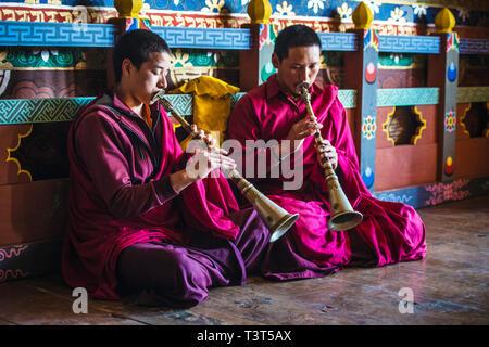 Asiatische Mönche Spielen von Instrumenten auf Tempel Stock - Stockfoto