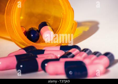 In der Nähe von Rosa und Blau Antibiotika Amoxicillin capsule Pillen. Konzept für antimikrobielle Resistenz; Pharmaindustrie; Global Healthcare Stockfoto
