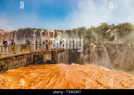 Foz do Iguacu, Brasilien - 20. November 2017: Menschen auf einem Steg in der Mitte der Iguazu Wasserfälle auf der brasilianischen Seite. - Stockfoto