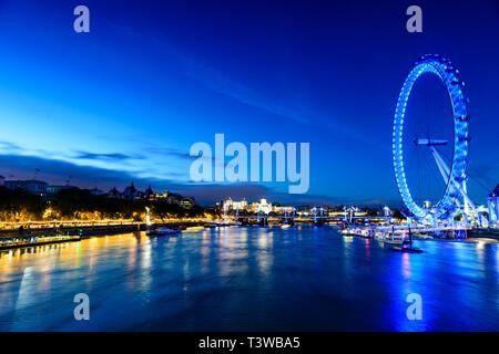 Mit Blick auf Flussfront London Eye, London, Vereinigtes Königreich - Stockfoto
