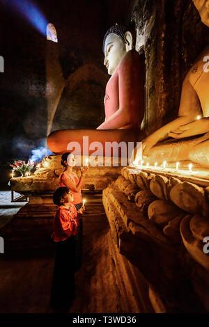 Asiatische Mutter und Tochter Anzünden von Kerzen im Tempel - Stockfoto