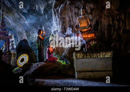 Asiatische Mädchen Beleuchtung Weihrauch im Tempel - Stockfoto