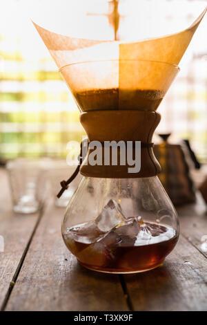 Glasflasche mit Ice Filterkaffee zu machen, auf Holztisch, Vintage Style - Stockfoto