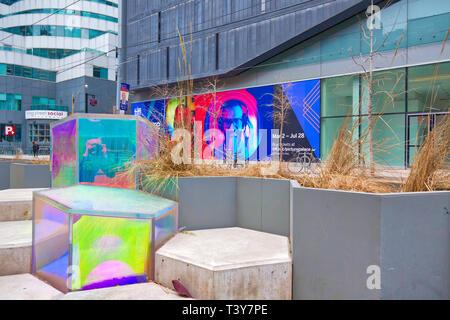 Toronto, Kanada - 12 Oktober, 2018: Bunte Stühle in der King Street in Front, wenn TIFF (Toronto International Film Festival) Eingang - Stockfoto