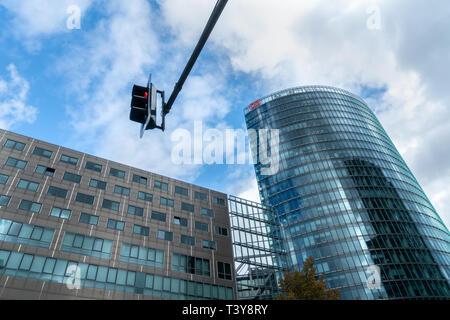 Berlin, Deutschland - 09/22/2018: Low Angle View der Straßenlaterne und Deutche Bank Hochhaus am Potsdamer Platz. - Stockfoto