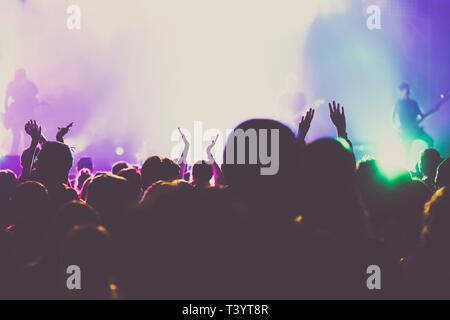 Jubelnde Menge mit erhobenen Händen an Konzert - Musik Festival - Stockfoto