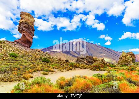 Blick auf die Roques de Garcia Bildung und Teide Vulkan Nationalpark Teide, Teneriffa, Kanarische Inseln, Spanien. - Stockfoto