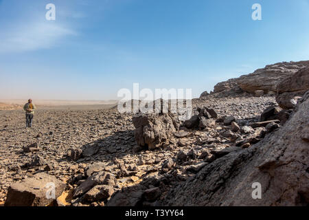 Meroe, Sudan, Februar 10., 2019: Blick in die Steinwüste in der Nähe von Meroe, Sudan, mit schwarzen und grauen Steinen und Kies - Stockfoto