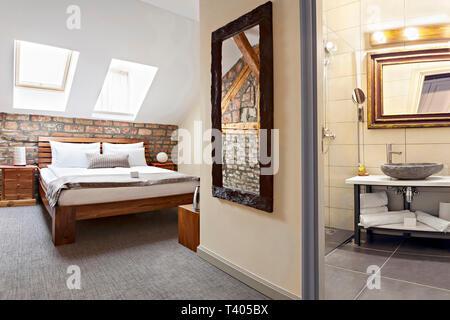 Schlafzimmer im Innenbereich im Luxus Loft, Dachboden, Wohnung mit Dach, Fenstern und Bad - Hotel - Ferienhäuser Konzept Hintergrund - Stockfoto