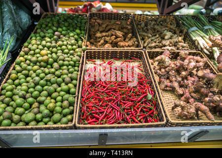 Gemüse in den Regalen im Supermarkt mit frischem Chili, Zwiebel, Ingwer, Zitronengras trocken trocken... - Stockfoto