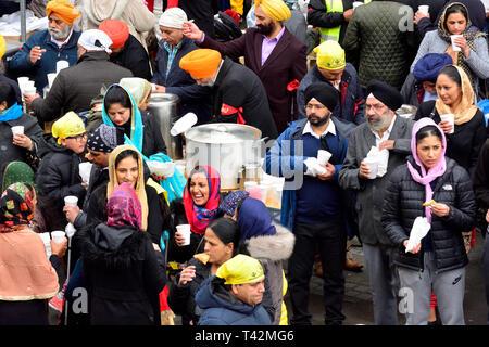 Gravesend, Kent, Großbritannien. 13. April. Vaisakhi (oder Baisakhi/Vaishakhi/Vasakhi) jährliche Sikh Festival der Punjabi neues Jahr. Gravesend hat einen großen Sikh Gemeinschaft zurück bis in die 50er Jahre zurückgeht. Kostenlos Essen und Trinken für jeden Kredit zur Verfügung gestellt: PjrFoto/Alamy leben Nachrichten - Stockfoto