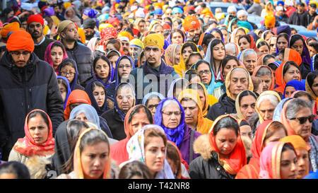 Gravesend, Kent, UK, 13. April 2019. Tausende von Zuschauern und religiösen Besucher säumen die Straßen von Gravesend in Kent zu beobachten und in der jährlichen Vaisakhi Prozession teilnehmen. Vaisakhi wird durch die Sikh Gemeinschaft feierte auf der ganzen Welt. Credit: Imageplotter/Alamy leben Nachrichten - Stockfoto