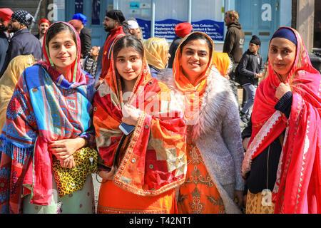 Gravesend, Kent, UK, 13. April 2019. Tausende von Zuschauern und religiösen Besucher säumen die Straßen von Gravesend in Kent zu beobachten und in der jährlichen Vaisakhi Prozession teilnehmen. Vaisakhi wird durch die Sikh Gemeinschaft feierte auf der ganzen Welt. - Stockfoto
