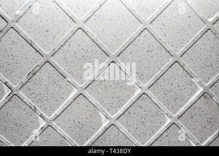 Die Textur der verwendeten keramischen Fliese Rückseite mit Teilen der trockene Leim - Stockfoto