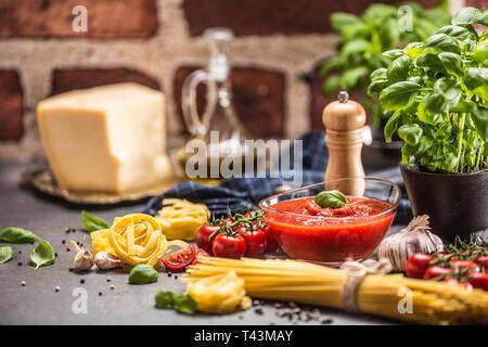 Tomatensauce Tomaten Basilikum Pasta Spaghetti Olivenöl und Parmesan. - Stockfoto
