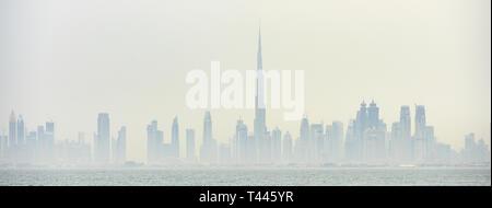 Atemberaubende Aussicht auf die Skyline von Dubai mit den herrlichen Burj Khalifa und viele andere Türme, Hochhäuser und Gebäude. - Stockfoto
