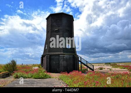 Schwarzes Leuchtfeuer am ehemaligen Atomic Weapons Research Establishment technische HQ und Telemetrie-Station. Orford Ness, Orford, Suffolk, England. Naturschutzgebiet - Stockfoto