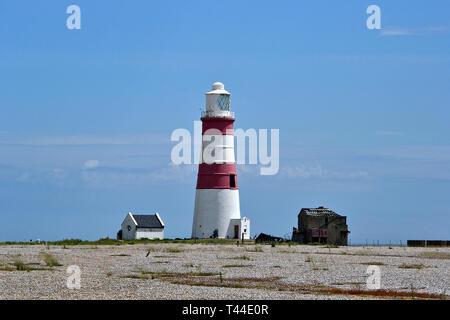 Orfordness Lighthouse auf dem ehemaligen Atombomben- und Radartestgelände in Orford Ness, Orford, Suffolk, Großbritannien. Jetzt ein Feuchtgebiet Landschaft & Naturreservat - Stockfoto