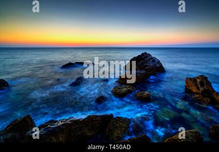 Schönen Sonnenaufgang über felsige Küste - Stockfoto