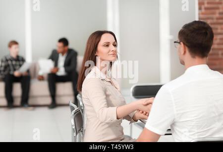 Die Leute sitzen in der Lobby des Business Center. Foto mit Kopie Raum - Stockfoto