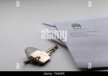 Chicago, Vereinigte Staaten - 10 April, 2019: ein Poststück oder Brief von Chicago Housing Authority CHA ist mit einer Tür Schlüssel und Schlüsselanhänger angezeigt. Eine Unterstützung für die Wohnung. - Stockfoto