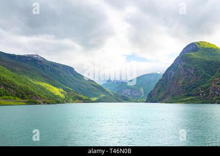 Panoramablick auf Geiranger Fjord in der Nähe von Hafen Geiranger, Norwegen. Norwegen Natur und Reisen Hintergrund. Blick von der Fähre auf dem Fjord in Norwegen. - Stockfoto