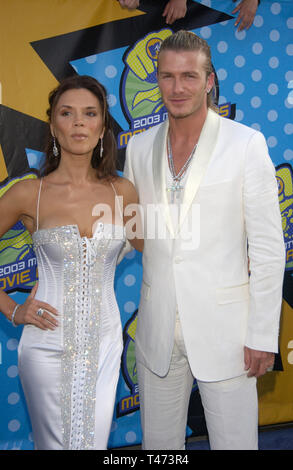 LOS ANGELES, Ca. 31. Mai 2003: DAVID BECKHAM und VICTORIA POSH SPICE BECKHAM an der 2003 MTV Movie Awards in Los Angeles. - Stockfoto