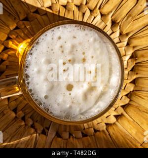 Bier Schaum mit Blasen. Der Blick von oben aus Glas mit Bier. Nahaufnahme. Kann als Hintergrund verwendet werden. - Stockfoto