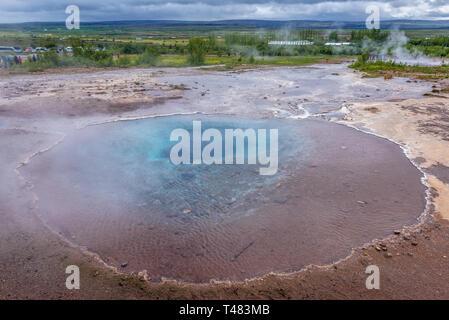 Blesi hot spring geothermischen Bereich neben dem Fluss Hvita im Haukadalur Tal, Island - Stockfoto