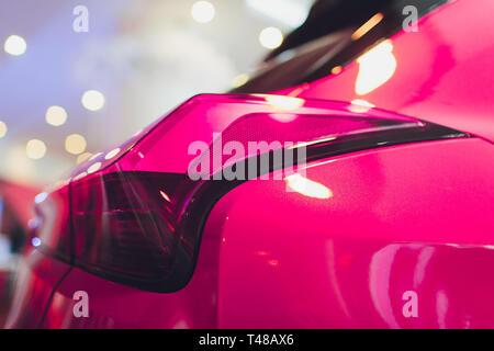 Detail auf der Rückseite Licht eines rosa Autos. - Stockfoto