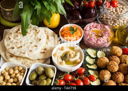 Vegane Mahlzeit - Falafel und Hummus mit Gemüse und pita Brot - Stockfoto