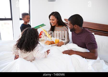 Kinder, die ihre Mutter Frühstück im Bett zu feiern Muttertag oder Geburtstag - Stockfoto